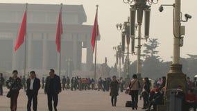Идти и загрязнение людей площади Тиананмен в воздухе