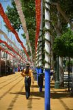 Идти катания женщины, красивых и элегантных через Feria стоковое изображение