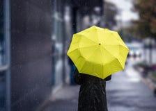 Идти на дождливый день с желтым зонтиком Стоковое фото RF