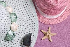 Идти на каникулы на пляже Шляпа для защиты от солнца и пары солнечных очков На фоне пляжного полотенца Стоковое Фото