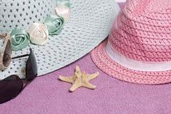 Идти на каникулы на пляже Шляпа для защиты от солнца и пары солнечных очков На фоне пляжного полотенца Стоковые Фотографии RF