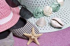 Идти на каникулы на пляже Шляпа для защиты от солнца и пары солнечных очков Тапки и морские звёзды пляжа Против Стоковая Фотография