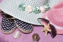 Идти на каникулы на пляже Шляпа для защиты от солнца и пары солнечных очков Тапки пляжа Морские звёзды и Seashells Стоковые Изображения RF