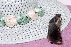 Идти на каникулы на пляже Шляпа для защиты от солнца и пары солнечных очков На фоне пляжного полотенца Стоковая Фотография