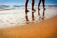 Идти на пляж в заходе солнца несосредоточенном Стоковые Изображения RF