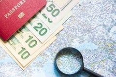 идти переместить Пасспорт, увеличитель и деньги на карте Сохраньте деньги на перемещении, планируя для концепции бюджета каникула стоковое фото rf