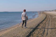 Идти приниманнсяый за старухой нордический, идущ на пляж в прибрежном городе задний взгляд стоковая фотография
