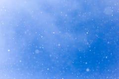 Идти снег на голубом небе Стоковое Фото