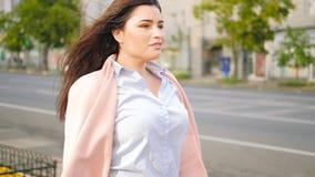 Идти уверенного образа жизни женщины городского честолюбивый видеоматериал