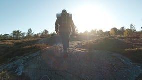 Идти человека гористый Мужской туристский trekking идти outdoors на след летом Красивый заход солнца лета hiker акции видеоматериалы