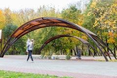 Идти через город осени Стоковые Фото
