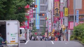 Идти через город Shinjuku - занятый район в токио - ТОКИО/ЯПОНИЯ - 17-ое июня 2018 сток-видео