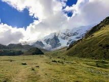 Идти через открытую долину вдоль следа Salkantay на стоковые изображения rf