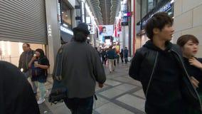 Идти через улицу Dotonbori и торговую улицу Ebisu Bashi-Suji в Осака вечером в Японии - гипер упущении акции видеоматериалы
