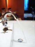 идущая вода из крана стоковые изображения rf
