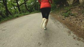 Идущая девушка Белокурая девушка делая внешние спорт в замедлении вид сзади леса лета широкоформатном конец калибра пули латуни 4 видеоматериал