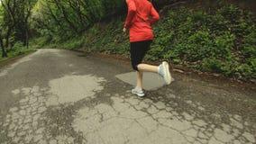 Идущая девушка Белокурая девушка делая внешние спорт в замедлении вид сзади леса лета широкоформатном конец калибра пули латуни 4 акции видеоматериалы