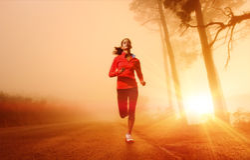 идущая женщина восхода солнца Стоковая Фотография RF