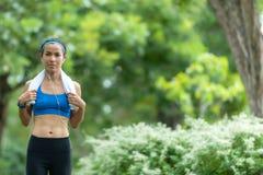 идущая женщина Женщины спорта jogging во время на открытом воздухе разминки в парке Потеря веса и здоровая стоковое изображение rf