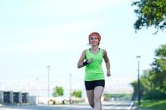 Идущая женщина на портовом районе Jogging утра Поезда спортсмена стоковые фото