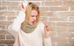Идущая лихорадка Быть нездоровый с холодом или гриппом Температура тела милой больной девушки измеряя Больная женщина держа лихор стоковое изображение