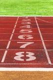 Идущие линии следа с зеленой травой идущий след Tra стадиона Стоковые Фотографии RF