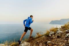 идущий гористый мужской спортсмен Стоковое фото RF