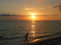 идущий заход солнца Стоковые Фотографии RF