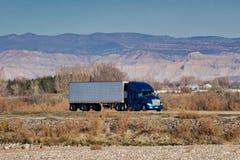 Идущий на восток Semi на межгосударственном стоковая фотография