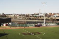 Идущий след на поле Nickerson внутри кампуса БУШЕЛЯ университета Бостон Горизонт Бостон на заднем плане стоковые изображения
