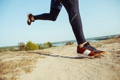 идущий спорт Sprinting бегунка человека напольный в сценарной природе Подходящий мышечный мужской след тренировки спортсмена бежа Стоковое Изображение