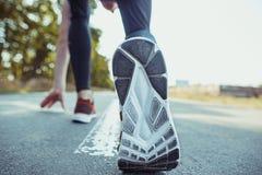 идущий спорт Sprinting бегунка человека напольный в сценарной природе Подходящий мышечный мужской след тренировки спортсмена бежа Стоковые Фото