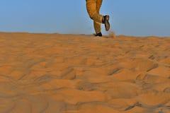Идущий человек на песке в пустыне как съемка предпосылки Стоковая Фотография RF