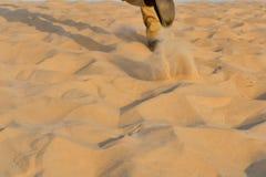 Идущий человек на песке в пустыне как съемка предпосылки Стоковые Изображения RF
