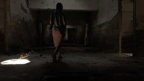 Идущ в покинутое здание в Tskaltubo, Georgia сток-видео