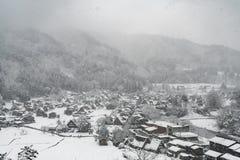 Идущ снег на деревне страны небольшой в долине, сезон зимы стоковая фотография