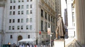 Идущ через улицы Нью-Йорка, Манхаттан Жизнь Нью-Йорка в после полудня Улицы и здания города стоковые фотографии rf
