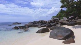 Идущ через утесы, пляж Vallon щеголя, остров Mahe, Сейшельские островы сток-видео