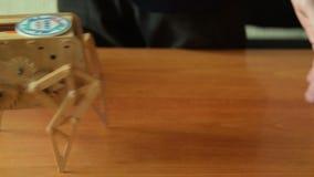 Идя деревянный робот на представлении проекта робототехники акции видеоматериалы