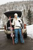 идя женщина катания на лыжах стоковое изображение rf