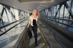 идя женщина travelator Стоковое Фото