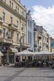 Идя люди на пешеходных улицах в центре города Пловдива, Болгарии стоковые изображения rf