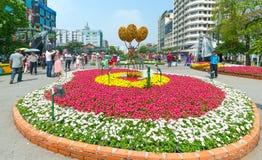 Идя Новый Год утра улицы лунный в центре города при цветки украшенные вдоль улицы Стоковая Фотография RF