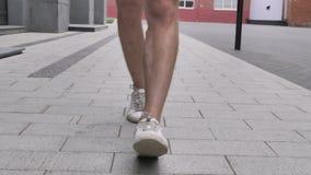 Идя ноги вскользь человека