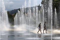 Идя пары между фонтанами, прогулка du Paillon, славное, Франция Стоковая Фотография