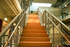 идя самомоднейшие лестницы офиса вверх Стоковая Фотография RF