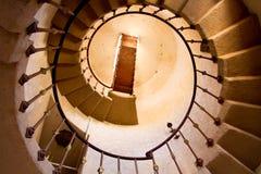 идя старая круглая лестница вверх стоковые фотографии rf