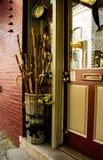 Идя тросточки стоят в сплетенной корзине для продажи на шагах красочного магазина в историческом городском районе Eureka Springs стоковые изображения rf