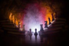 Иерархия дела Концепция стратегии с шахматными фигурами Шахмат стоя на пирамиде деревянных строительных блоков с королем на стоковая фотография