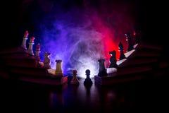 Иерархия дела Концепция стратегии с шахматными фигурами Шахмат стоя на пирамиде деревянных строительных блоков с королем на стоковая фотография rf